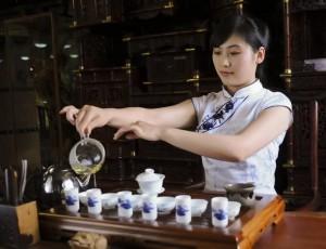 中国茶を入れる美女_2